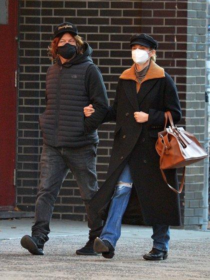 Diane Kruger y Norman Reedus dieron un paseo por Nueva York. La pareja aprovechó para caminar por las calles de Manhattan. La actriz alemana de 44 años lució un jean, una polera, un sweater de lana marrón y un tapado negro largo. Completó su outfit con una boina y botas texanas. El actor, por su parte eligió unas zapatillas, jean, buzo, chaleco negro y gorra. Ambos llevaron puesto su tapabocas