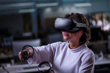 Una mujer con un dispositivo de Oculus (Foto: Reuters)