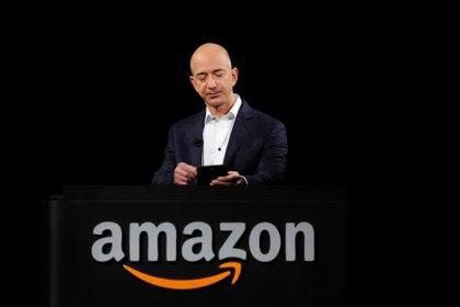 Foto de archivo: Jeff Bezos se encargó de la presentación del Kindle Paperwhite durante un evento de Amazon en Santa Mónica, California, Estados Unidos (REUTERS/Gus Ruelas)