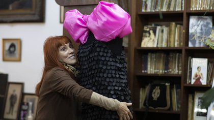 Linda ultimando detalles del vestido que donó Florencia de la V a La Casa del Teatro