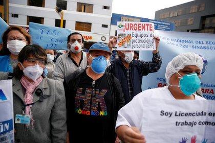 Funcionarios de la salud en medio de una protesta ante la falta de equipos frente al Hospital Nacional Edgardo Rebagliati Martins, en medio del brote de coronavirus, en Lima, Perú (REUTERS/Sebastián Castañeda)