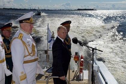 Putin prometió reforzar la Armada durante el desfile naval de San Petersburgo