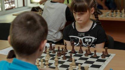 Los niños con quienes se utiliza el ajedrez como herramienta educativa mejoran su inteligencia.