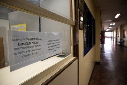 Mesa de entradas de un juzgado federal. Una placa de acrílico sirve como protección.