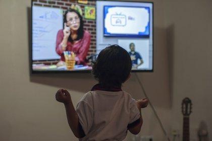 Un niño en edad preescolar Fabio Armendáriz toma una clase en línea en su casa, en Monterrey, estado de Nuevo León, México, el 24 de agosto de 2020. (Foto AFP / Julio Cesar Aguilar)