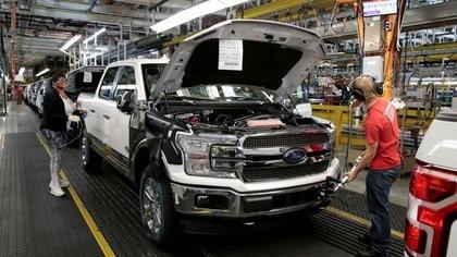 Imagen de archivo de una camioneta F150 avanzando por la línea de ensamblaje en la planta Dearborn Truck de Ford en Dearborn, Michigan, EEUU. Septiembre 27, 2018.  REUTERS/Rebecca Cook