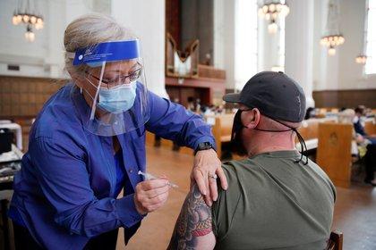 Una persona recibe la vacuna contra el COVID-19 en Seattle, Estados Unidos.  REUTERS/Lindsey Wasson