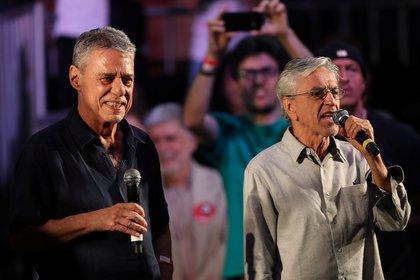 Los cantantes Chico Buarque y Caetano Veloso durante el acto de Haddad (REUTERS/Ricardo Moraes)