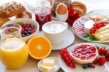 Un completo desayuno debe incluir lácteos, frutas y cereales (iStock)