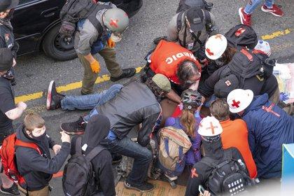 Paramédicos atienden al joven herido (AP)