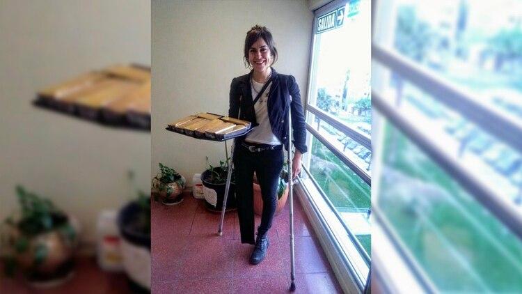 Un día de trabajo vendiendo budines. Emilia no usaba prótesis y se movía con muletas