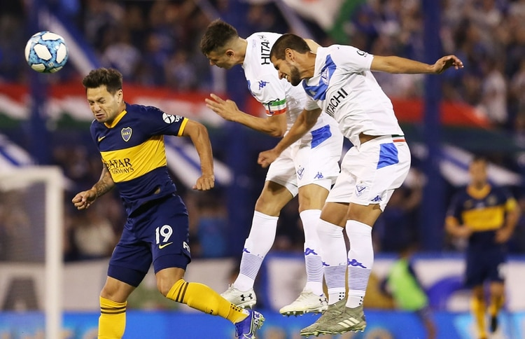 Zárate debió luchar en desventaja física ante los centrales de Vélez (Fotobaires)