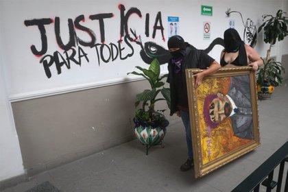 Colectivas de feministas cargaron uno de los cuadros intervenidos durante el tercer día de la toma de las instalaciones.