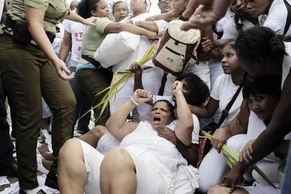 Grupos que disienten con el régimen de la isla protestan en las calles y son arrestados sin distinción de política o de género