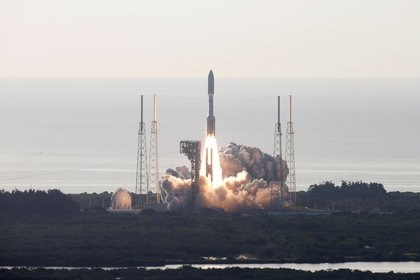 """El nuevo vehículo espacial rover, también conocido como """"Perseverance"""", despegó desde Cabo Cañaveral, Florida (EE.UU.), en la misión Mars 2020 rumbo a Marte, en busca de restos de vida extraterrestre y como uno de los """"mayores desafíos de la agencia"""".  REUTERS/Joe Skipper"""