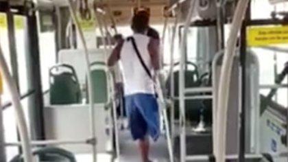 Por no darle dinero, hombre con muletas rompió ventanas de un bus y atacó a pasajero en Bucaramanga