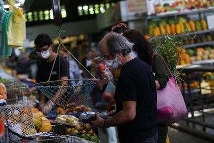 Personas compran hortalizas en un mercado en Caracas, Venezuela (REUTERS / Fausto Torrealba)