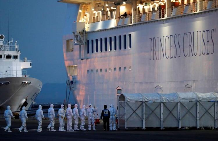 Los pasajeros del crucero están obligados a tomarse la temperatura todos los días. El que tiene más de 37,5° debe reportar a las autoridades