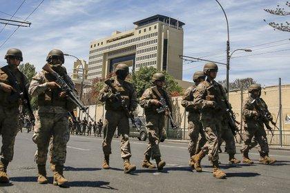 Soldados toman posición frente al edificio del Congreso Nacional en Valparaíso, Chile, el 22 de octubre de 201 (Foto de JAVIER TORRES / AFP)
