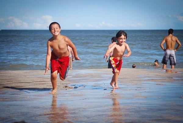 Los adultos deben controlar la aplicación de protectores solares en los más chicos