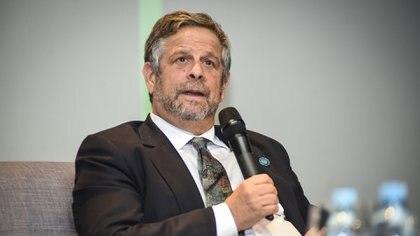 El secretario de Salud tiene una trayectoria como médico sanitarista en la Argentina. Publicó libros y numerosos artículos en revistas internacionales y nacionales sobre atención primaria y epidemiología