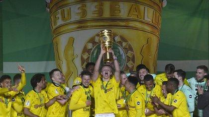 Erling Haaland dejó gateando a uno de los defensores de moda en Europa y el Burussia Dortmund ganó la Copa de Alemania