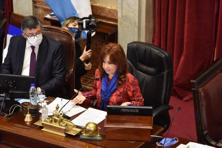 La ex presidenta de la Nación explicó el sistema de votación frente a la confusión de algunos senadore
