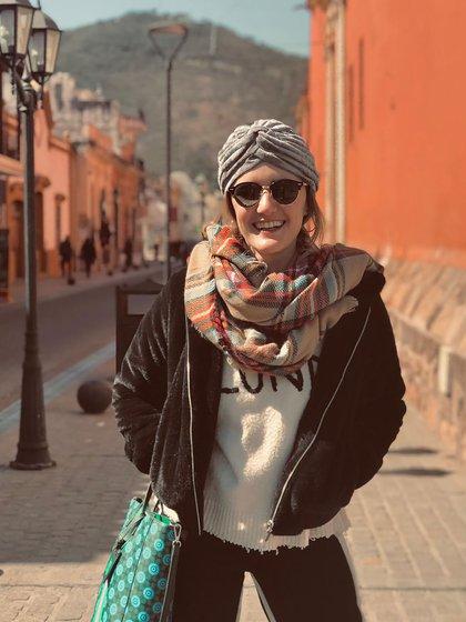 En Salta con su turbante de chiffón gris de la colección de invierno y una puffer jacket de chiffon negra (@carmebustelo)