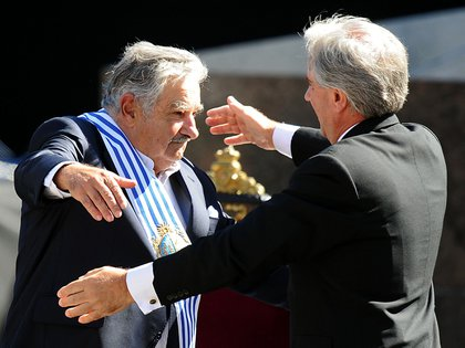 """José """"Pepe"""" Mujica acaba de asumir la presidencia y abraza a Tabaré Vázquez el 1 de marzo de 2010 (AFP/NA)"""
