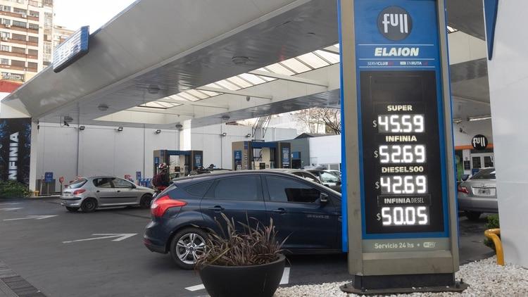 Las petroleras aseguran que los precios de las naftas tienen un atraso de 15% (foto de archivo: Adrián Escandar)