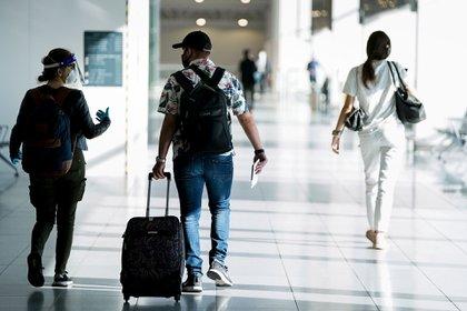 Pasajeros con mascarillas en el aeropuerto belga de Zaventem en Bruselas. (AFP)
