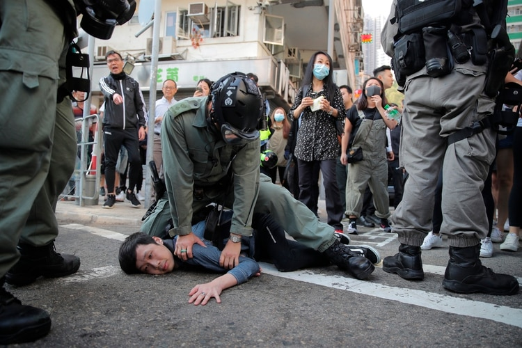 Un manifestante es detenido en Hong Kong el lunes 11 de noviembre de 2019. (AP Foto/Kin Cheung)
