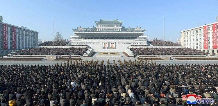 La gente participa en un Rally de la ciudad de Pyongyang en la Plaza Kim Il Sung en Pyongyang, Corea del Norte, el 5 de enero de 2020 para comprometerse a llevar a cabo las tareas importantes establecidas en la 5ª Reunión Plenaria del 7º Comité Central del Partido de los Trabajadores de Corea (KCNA a través de REUTERS)
