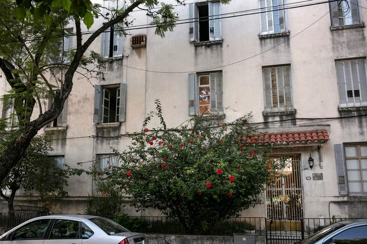 """Edificio y puerta de entrada al departamento que Julio Cortázar habito durante los años 1934 a 1937, en el barrio de Agronomía. El lugar que inspiró una historia corta: """"Casa Tomada"""" (1947) (Foto: Ricardo Ceppi)"""