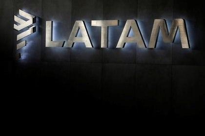 Imagen de archivo del logo de la aerolínea LATAM en el aeropuerto internacional de Santiago, Chile, el 25 de abril de 2019. REUTERS/Rodrigo Garrido
