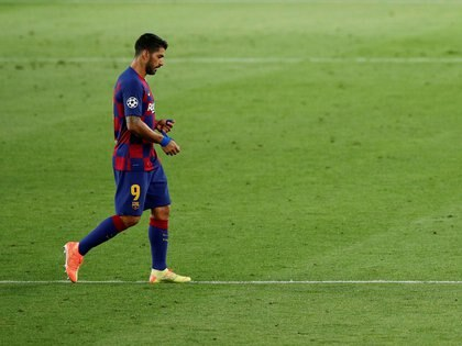 FILE PHOTO: Soccer Football - Champions League - Round of 16 Second Leg - FC Barcelona v Napoli - Camp Nou, Barcelona, Spain - August 8, 2020  Barcelona's Luis Suarez walks off, as play resumes behind closed doors following the outbreak of the coronavirus disease (COVID-19)  REUTERS/Albert Gea/File Photo