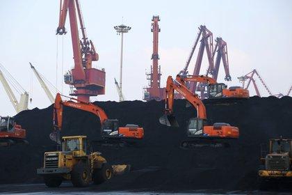 FOTO DE ARCHIVO: Trabajadores descargan carbón importado en un puerto en Lianyungang, provincia de Jiangsu, China, 5 de diciembre de 2019 (REUTERS / Stringer / Foto de archivo)