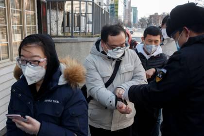 Revisión de temperatura en una oficina de Beijing (Reuters)
