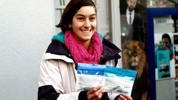 Una joven con sus paquetes de cannabis (EFE)
