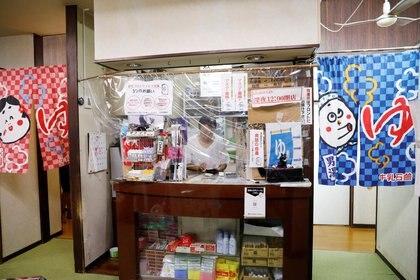 Eiko Iwasaki, trabaja en su negocio detrás de un protector plástico en Tokio - REUTERS/Kim Kyung-Hoon