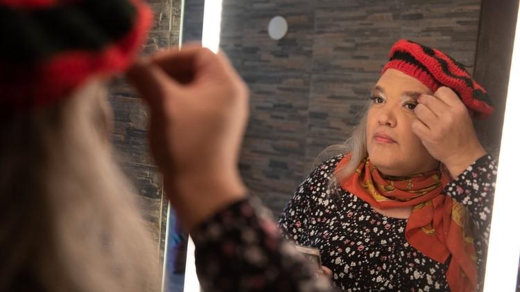 Marian se maquilla para las fotos de Infobae. Tiene 53 años y recién hace cuatro meses se animó a mostrarse como se siente