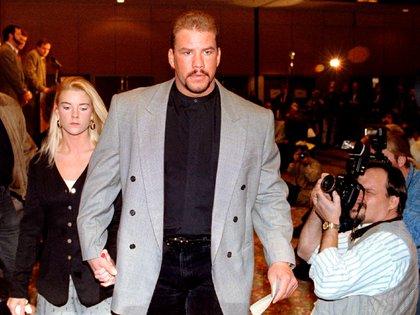 Así llegó a la conferencia de prensa donde dio a conocer el motivo de su suspensión: estaba acompañado por Dawn Freeman-Hosterman, una de sus dos parejas (Foto: Reuters)