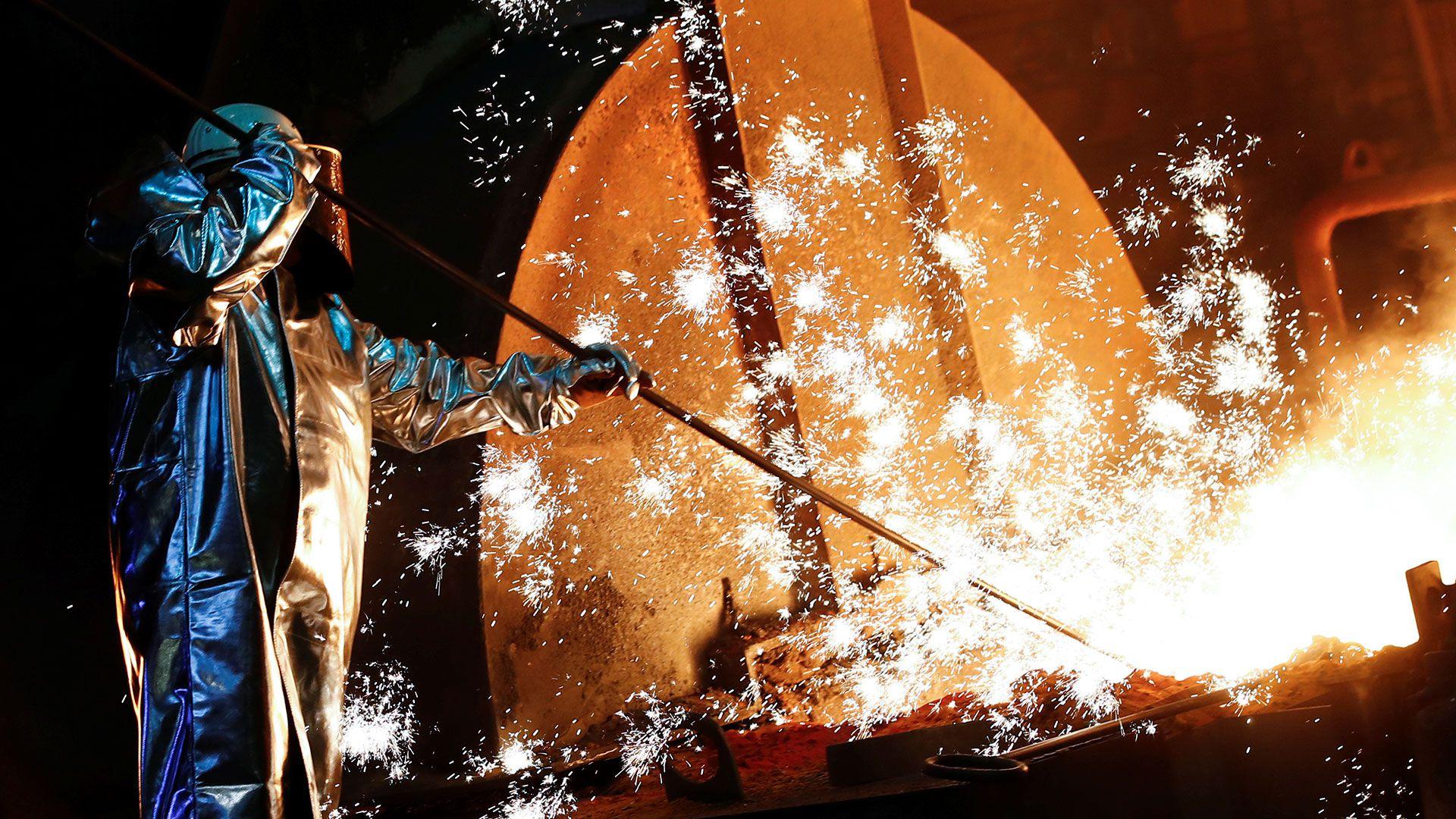 Un trabajador siderúrgico (Foto: Reuters)