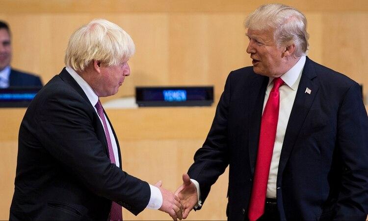 El secretario de Relaciones Exteriores británico Boris Johnson y el presidente de Estados Unidos Donald Trump (BRENDAN SMIALOWSKI/AFP/Getty Images)