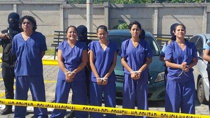 La policía de Nicaragua presentó como terroristas a un grupo de ciudadanos capturados cuando llevaban botellas de agua a un grupo de madres en huelga de hambre