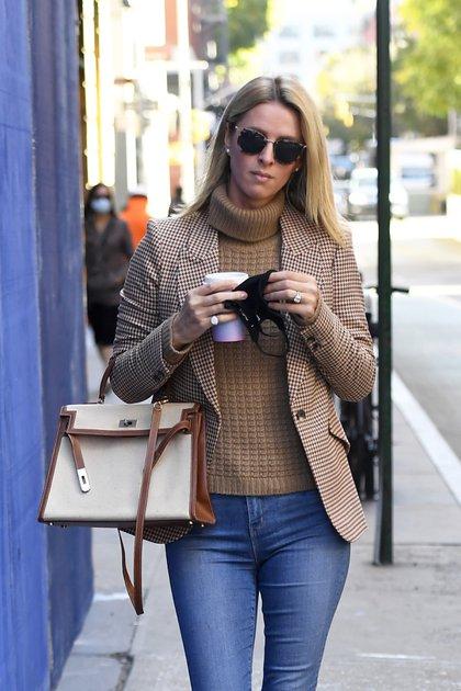 En medio de un paseo por las calles de Nueva York, Nicky Hilton se tomó unos minutos para comprar un café en el barrio Soho, por donde siguió caminando y haciendo trámites. La heredera marcó tendencia con su look: un jean, unos zapatos chatos, una polera marrón de lana, un tapado a cuadros de la misma gama. Además, llevó una cartera elegante, su tapabocas en la mano -ya que estaba tomando café- y anteojos de sol