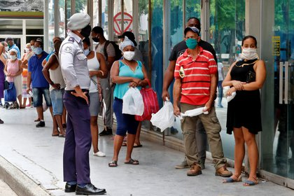 Cuba registra pocos contagios por COVID-19, con solo 53.306 infectados en 12 meses. EFE/ Ernesto Mastrascusa/Archivo