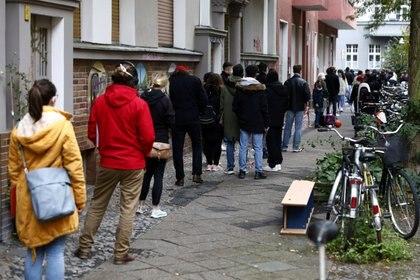 Personas a las que se les hace la prueba del virus corona en Berlín (REUTERS / Michael Tantussi / archivo)