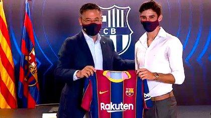 Trincao, el día de su presentación en Barcelona, junto a Josep María Bartomeu. Fue un día después del episodio burofax de Messi
