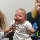 La risa de Scarlet provocó la felicidad de toda la familia (Captura)